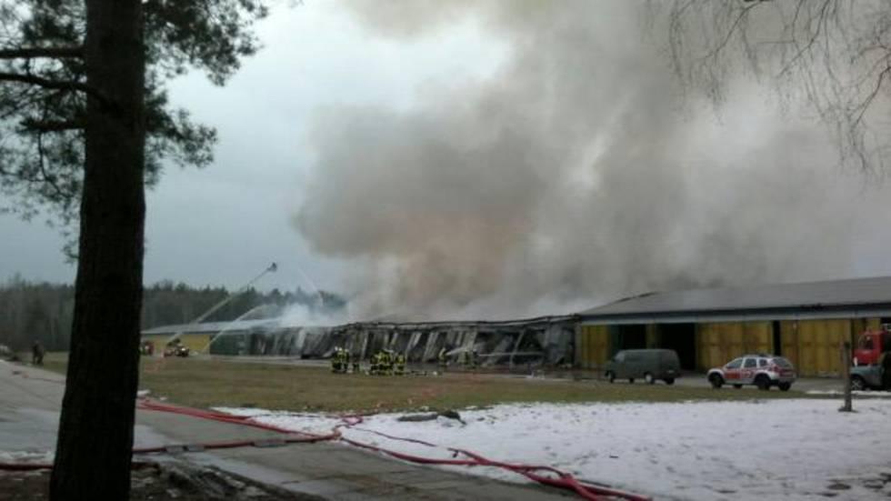 Die brennende Lagerhalle ist voller Bücher. Wegen der starken Rauchentwicklung sollen Anwohner Fenster und Türen geschlossen halten. Foto: Radio Leipzig