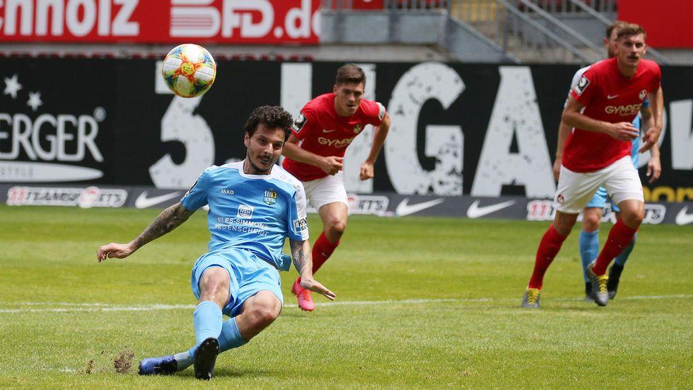 Eine mit entscheidende Szene. Philipp Hosiner rutscht beim Elfmeter in der ersten Halbzeit aus.