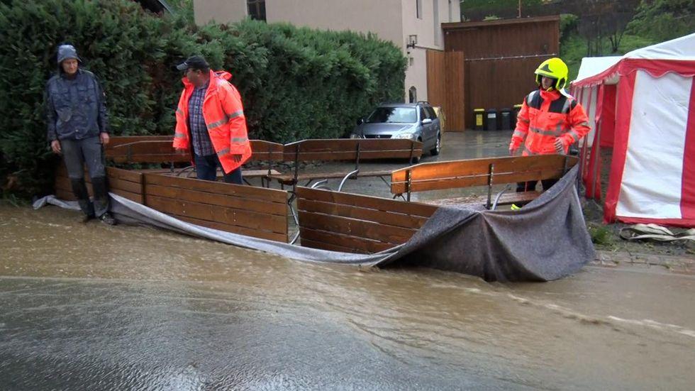 Die Gaststätte in Weißbach wurde überflutet. Kameraden der Feuerwehr nutzten Bierbänke als Barriere.