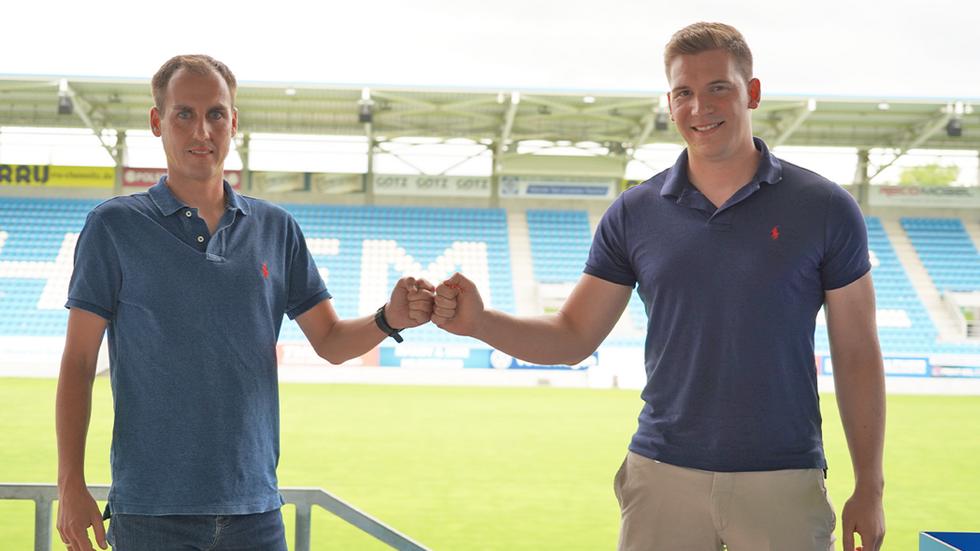 Marcus Jahn (Leiter des Nachwuchsleistungszentrums; li.) begrüßt Daniel David Dominik Wilson (re.) im Stadion an der Gellertstraße.