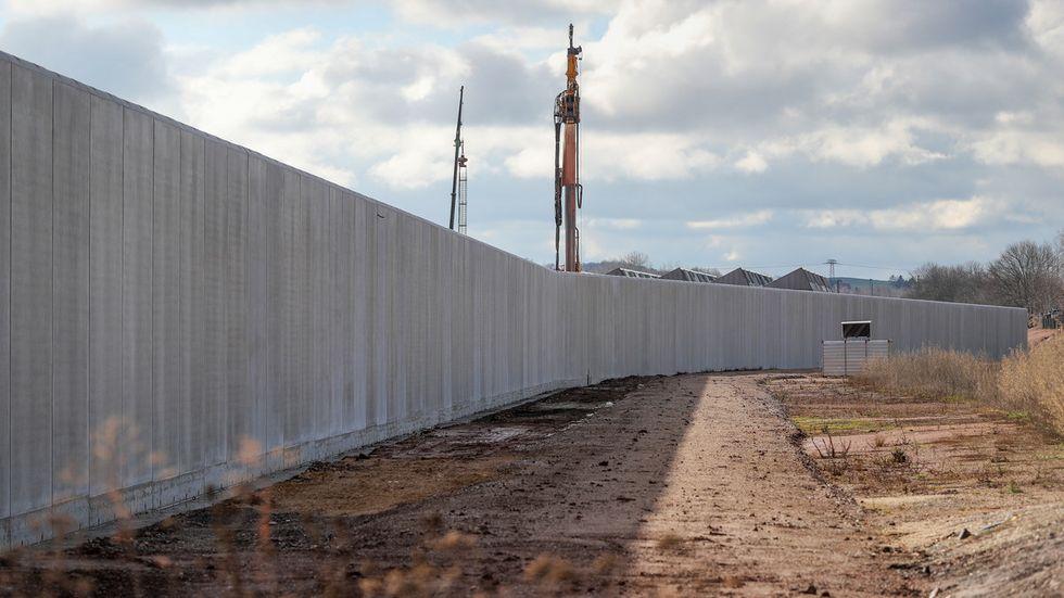 Sechs Meter hohe Betonmauer um die Gefängnisbaustelle (Archivfoto)