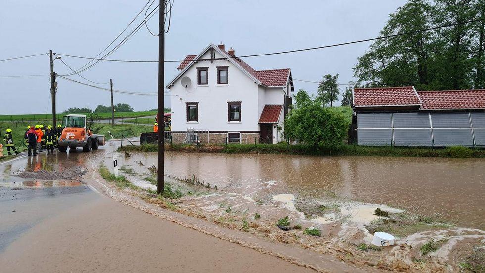 In Berthelsdorf kamen die Wassermassen von einem Feld und schossen die Crossener Straße hinunter. In zwei Wohnhäusern wurden Keller überflutet.