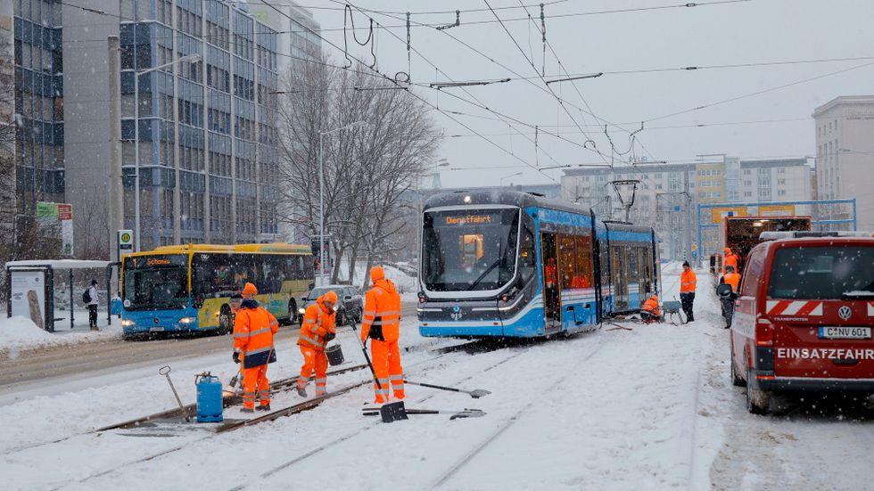 Die CVAG hat bereits Schienenersatzverkehr mit Bussen eingerichtet, die über die Zwickauer Straße zwischen Zentralhaltestelle und Schönau fahren.