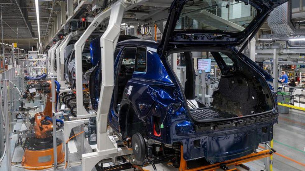 Roboter im Volkswagen-Werk in Zwickau montieren einen Audi Q4 e-tron.