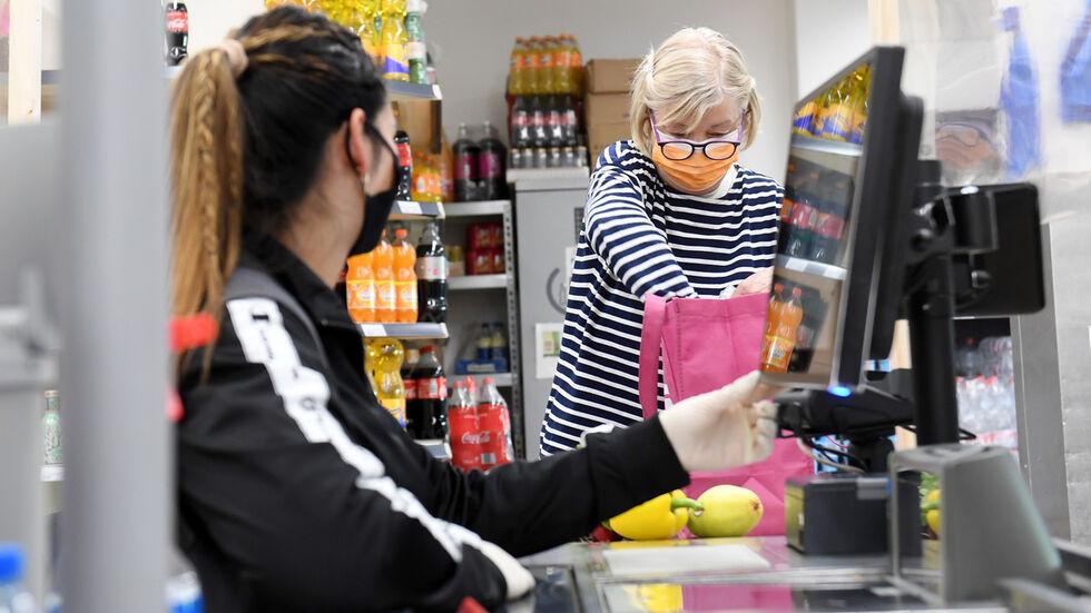 Die Maske wird im Supermarkt künftig seltener zu sehen sein (Archivfoto)