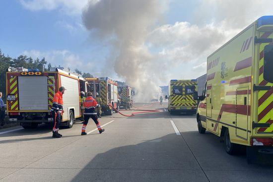 Transporterbrand auf der A4 zwischen Wilder Mann und Hellerau