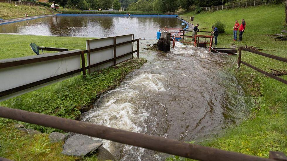 Angeschwemmtes Geröll versperrt immer wieder die Abflüsse am Freibad. Sie müssen ständig freigeräumt werden.