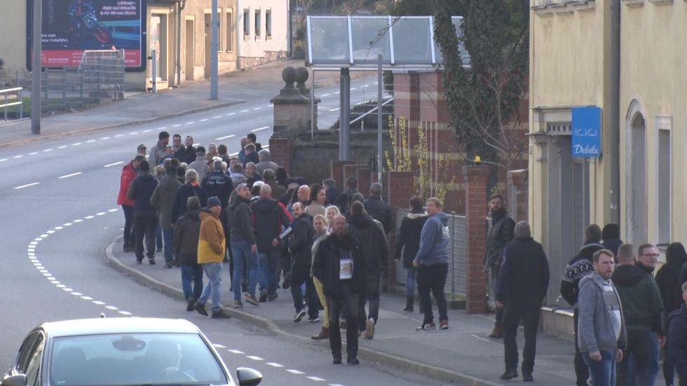 Ohne Maske und Abstand zogen die Teilnehmer des Spaziergangs durch die Bergstadt.