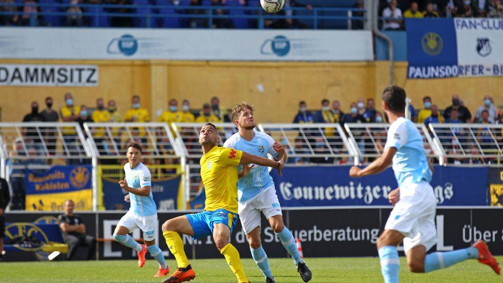 Zweikampf zwischen Djamal Ziane (Lok Leipzig) und Tim Campulka (Chemnitzer FC)