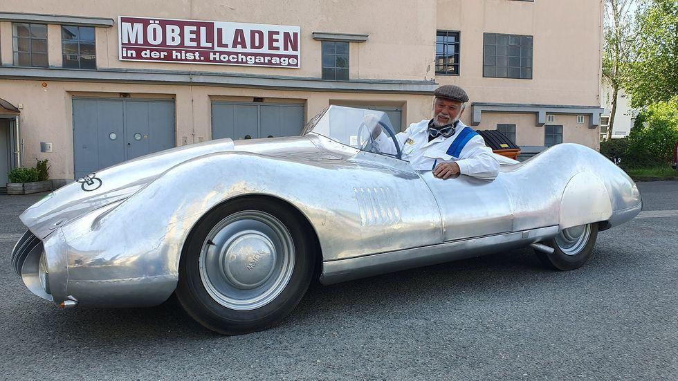 Frieder Bach eröffnete 2020 eine Sonderausstellung zu den DKW-Rennwagen. Dafür wurde der Berlin-Rom-Sportwagen auf F9-Basis anhand von Skizzen nachgebaut. Bei der damaligen Auto Union kam der Wagen nie über die Planungsphase hinaus.