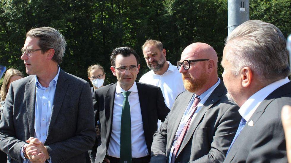 Bundesverkehrsminister Andreas Scheuer, Rektor der TU Chemnitz Gerd Strohmeier, SRCC Vorstand Sören Claus und Oberbürgermeister Rolf Schmidt (v.l.) auf dem künftigen Campus.
