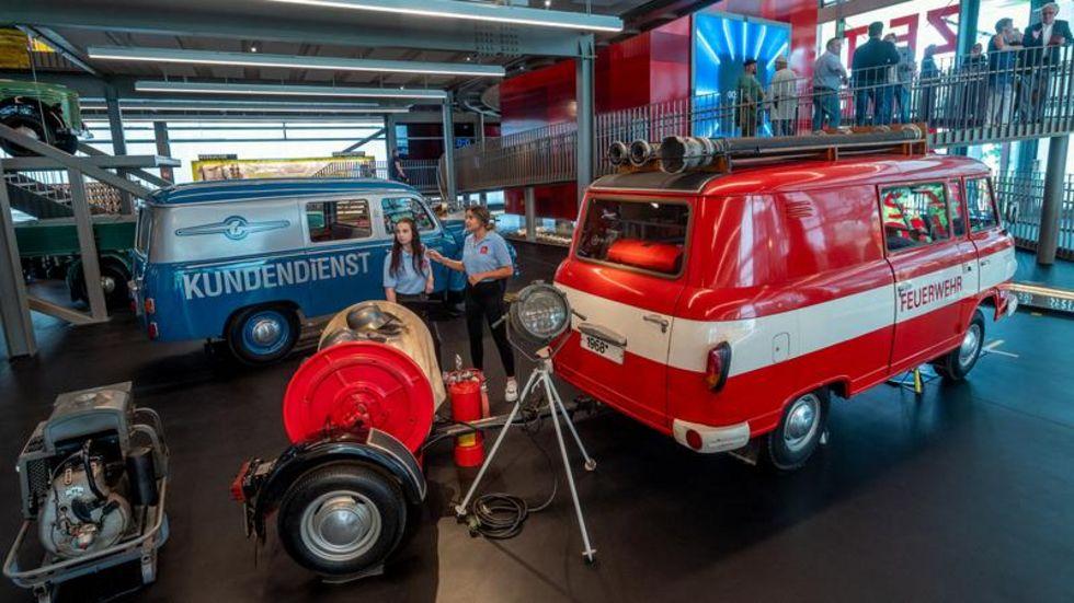 """Auch ein Löschfahrzeug Barkas B1000 (vorn) und ein V901/2 sind im neuen Erlebnismuseum """"ZeitWerkStadt"""" in Frankenberg zu sehen."""