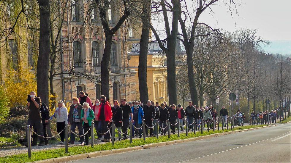 Über 550 Menschen haben am Montagabend in Zittau gegen die Corona-Regeln demonstriert.