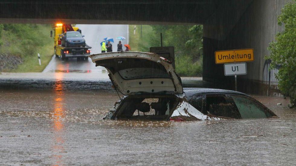 Die Autobahnunterführung der A4 zwischen Glauchau-Höckendorf und Meerane füllte sich in nur wenigen Minuten mit Schlamm und Wassermassen. Zwei Personen wurden aus ihrem Fahrzeugen gerettet.