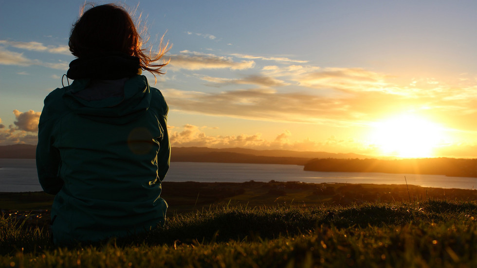 Sonnenuntergang mit Mensch davor