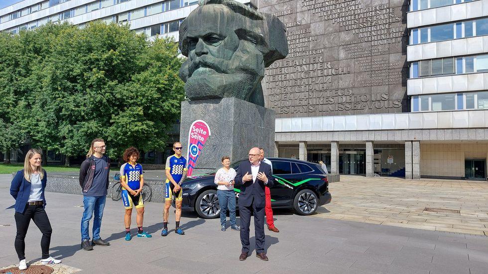 Oberbürgermeister Sven Schulze mit dem Organisationsteam der Friedensfahrt am Nischel. Hier wird er am Sonntag die Teilnehmer bei ihrer Ankunft in Chemnitz empfangen.