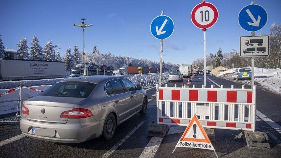 Auto- und LKW-Fahrer brauchen Geduld am Grentübergang Reizenhain im Erzgebirge.
