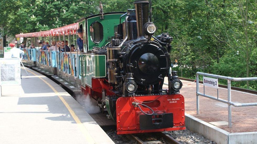 Neben den Märchenvorführungen gibt es auch ein buntes Rahmenprogramm. Natürlich ist auch die Parkeisenbahn durch den Küchwald unterwegs.