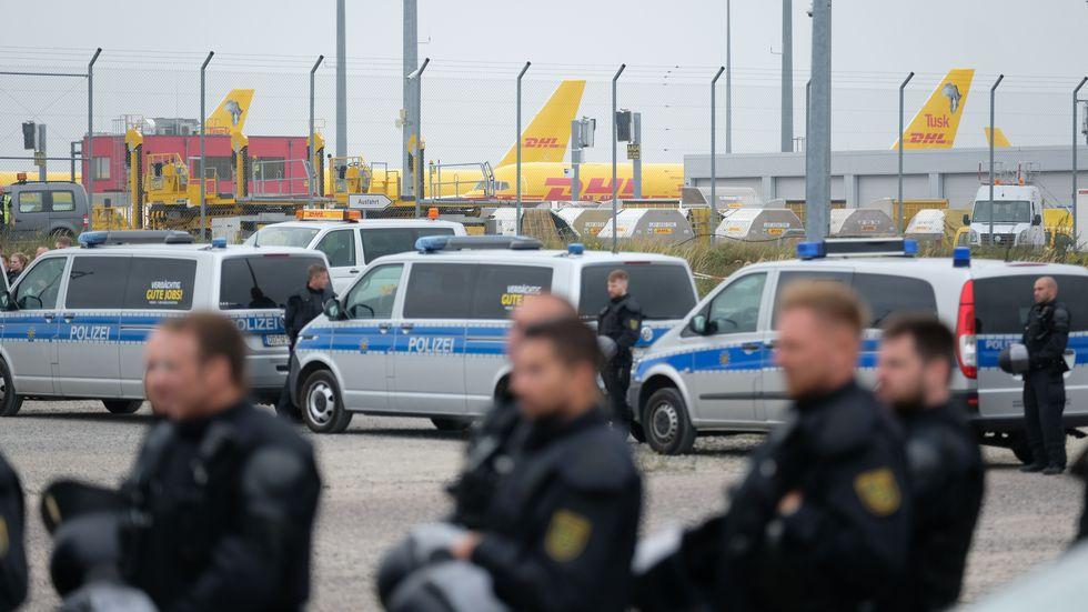 Polizeieinsatz bei Demo am DHL-Hub nahe des Flughafens Leipzig-Halle