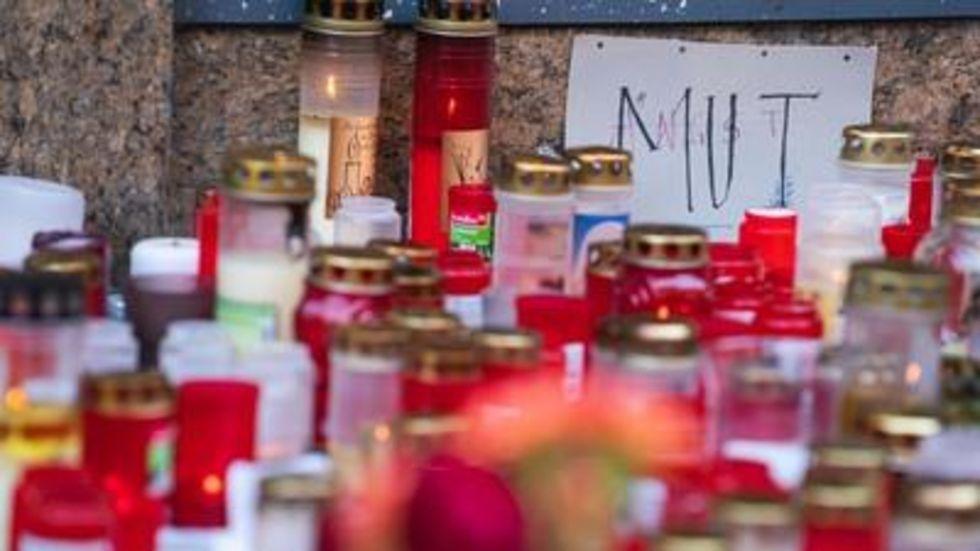"""Ein Zettel mit der Aufschrift """"Mut"""" und """"Angst"""" liegt inmitten von Trauerkerzen vor einem Kaufhaus in der Innenstadt, in dem ein Mann Menschen mit einem Messer attackiert hatte."""
