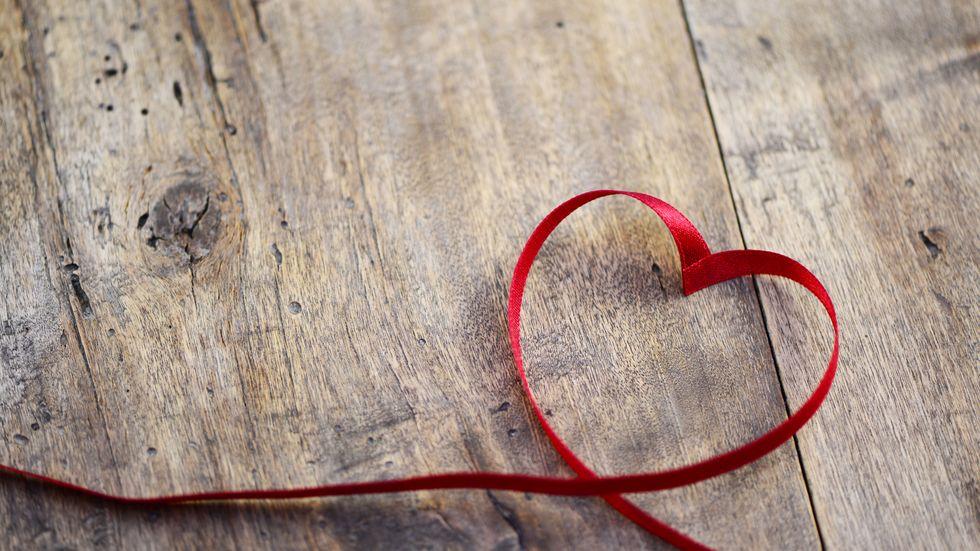 Herz aus Schleife gelegt