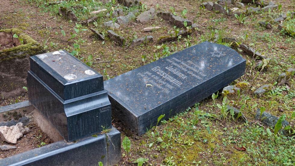 Der Jüdische Friedhof in Altendorf ist von Randalierern heimgesucht worden.