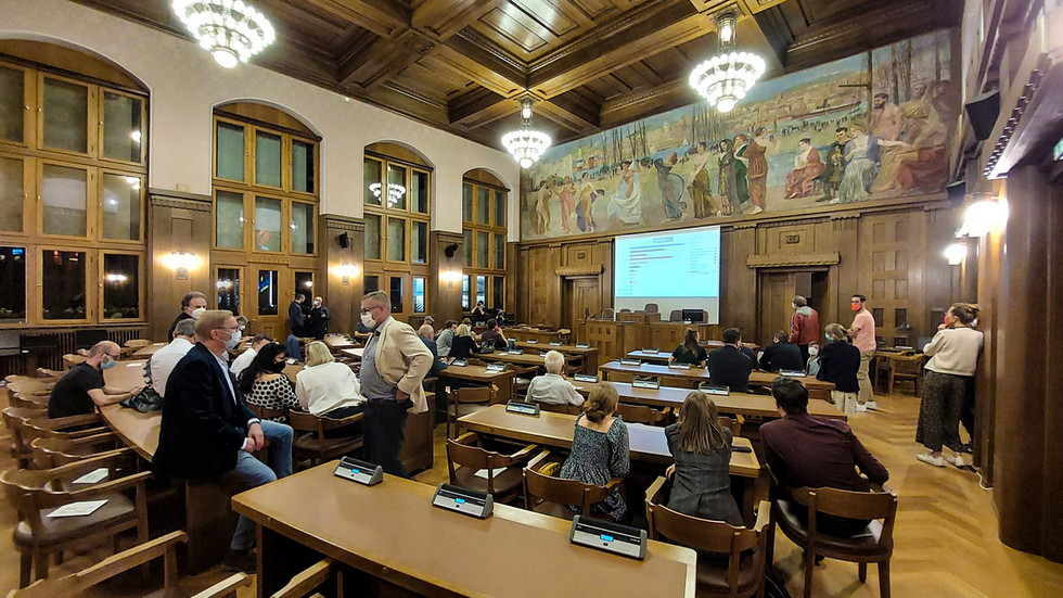 Im Rathaus werden die Ergebnisse live auf einer Leinwand eingeblendet.