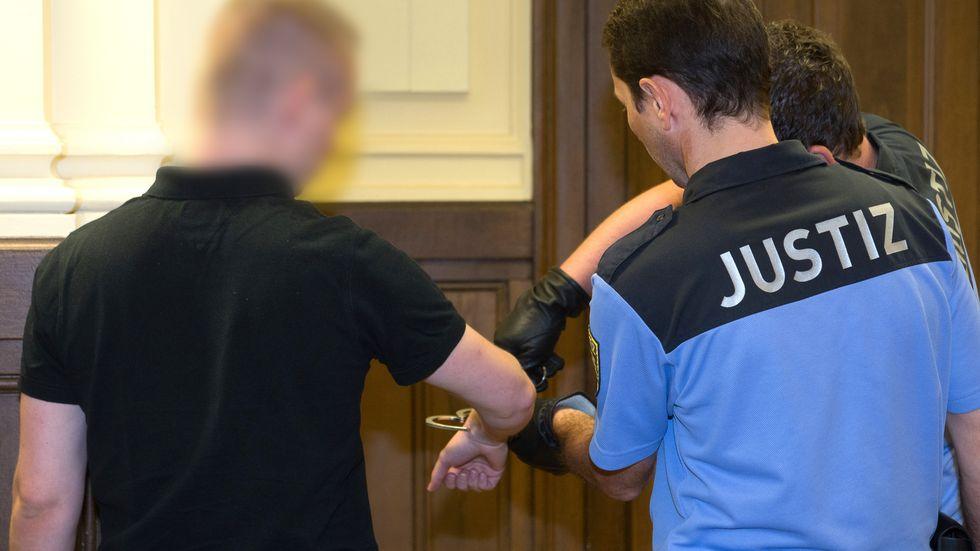 """Justizbeamte mit dem sogenannten """"Kinderzimmer-Dealer"""" im Landgericht Leipzig"""