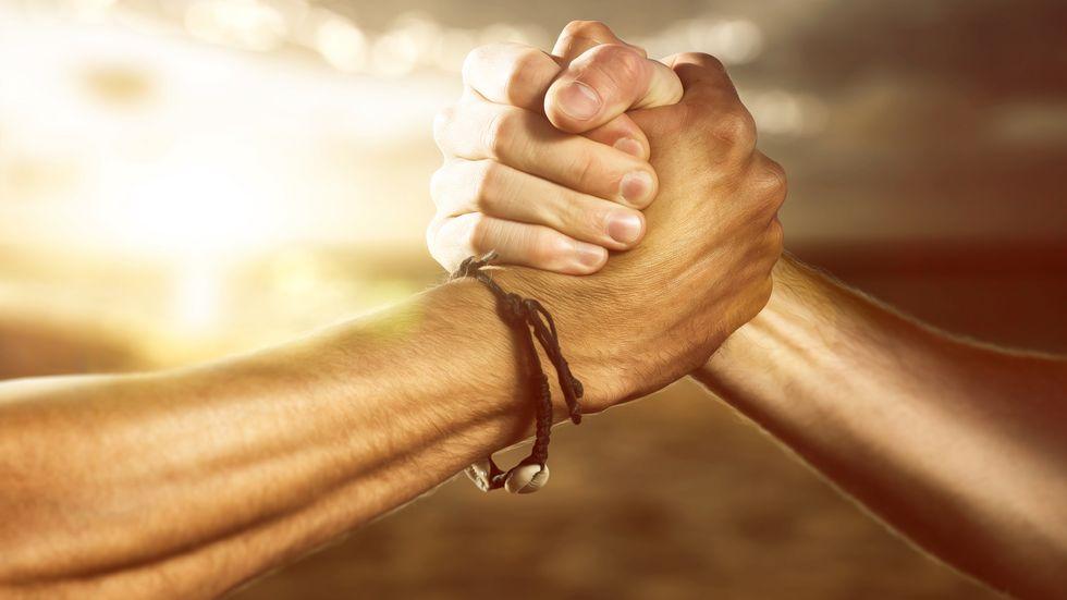 Hände schlagen freundschaftlich ineinander