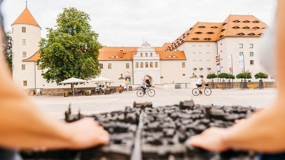 Schloss Freudenstein mit dem Stadtmodell aus Bronze. Das Schloss beherbergt die Mineralienschau.