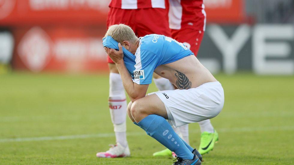 CFC-Spieler Clemens Schoppenhauer lässt den Kopf nach der 0:3-Niederlage in Würzburg hängen