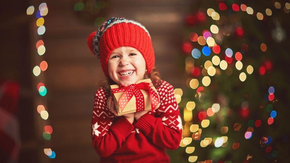 Kind freut sich über Geschenk