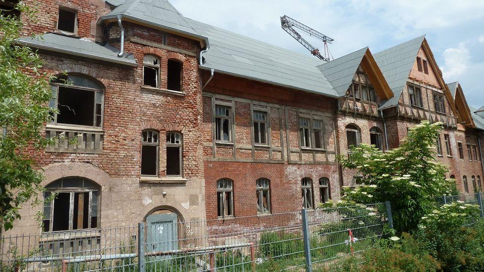 Die Häuser neben dem Stadion sollen zur Kita umgebaut werden. Foto: Redaktion
