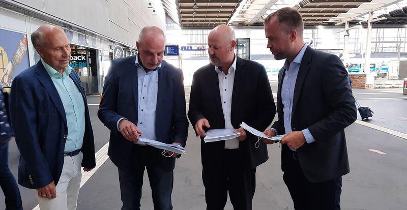Der Chemnitzer Bundestagsabgeordnete Detlef Müller (2. von links) im Gespräch mit Bahnexperten auf dem Hauptbahnhof