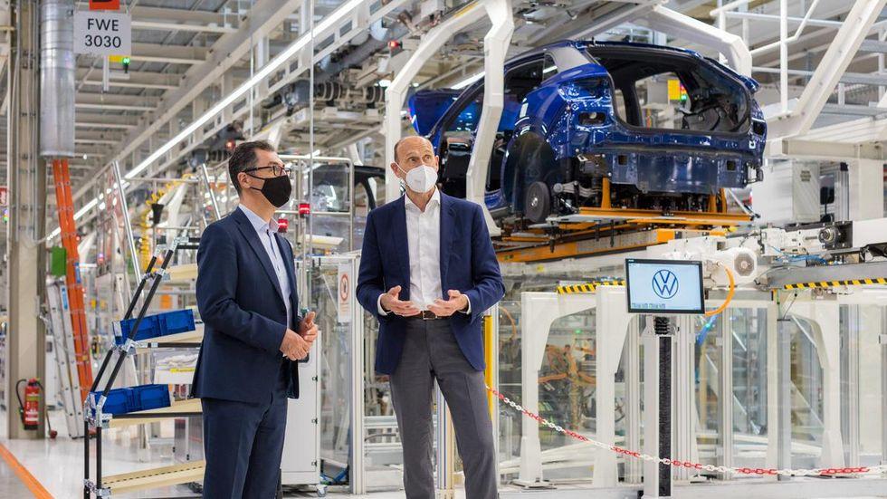 Besuch im Fahrzeugwerk Zwickau: Volkswagen Markenchef Ralf Brandstätter (r.) informiert Cem Özdemir (Bündnis 90/Die Grünen) über die Transformation von Volkswagen zur Elektromobilität.