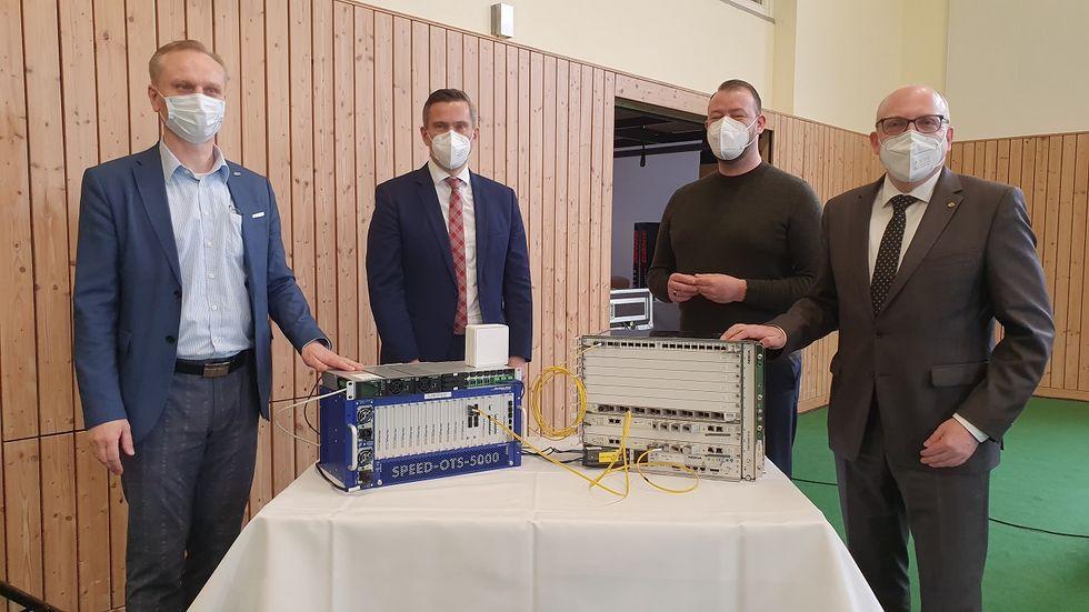 In der Grundschule Rabenstein wurde der erste Glasfaser-Verteiler von Wirtschaftsminister Martin Dulig (zweiter v.l.) an eins Energie-Geschäftsführer Roland Warner (erster v.l.) übergeben.