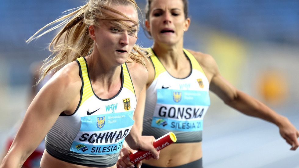 Im Vorlauf der 4x400-Meter-Staffel der Frauen bei den World Athletics Relays wechselt in der deutschen Mannschaft Nadine Gonska (r) auf Corinna Schwab (l).
