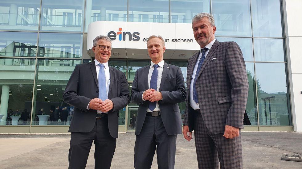 Der Geschäftsführer der eins, Roland Warner (Mitte), übernahm am Montag das neue Bürogebäude.