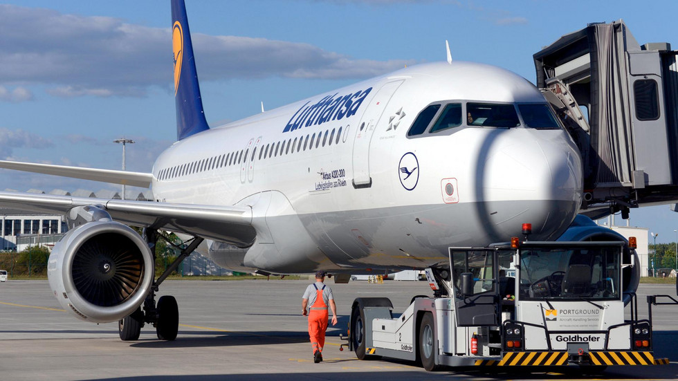 Eine Lufthansa-Maschine steht am Airport Dresden.
