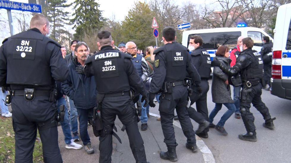 Versammlungsteilnehmer widersetzten sich den Anweisungen der Polizei.