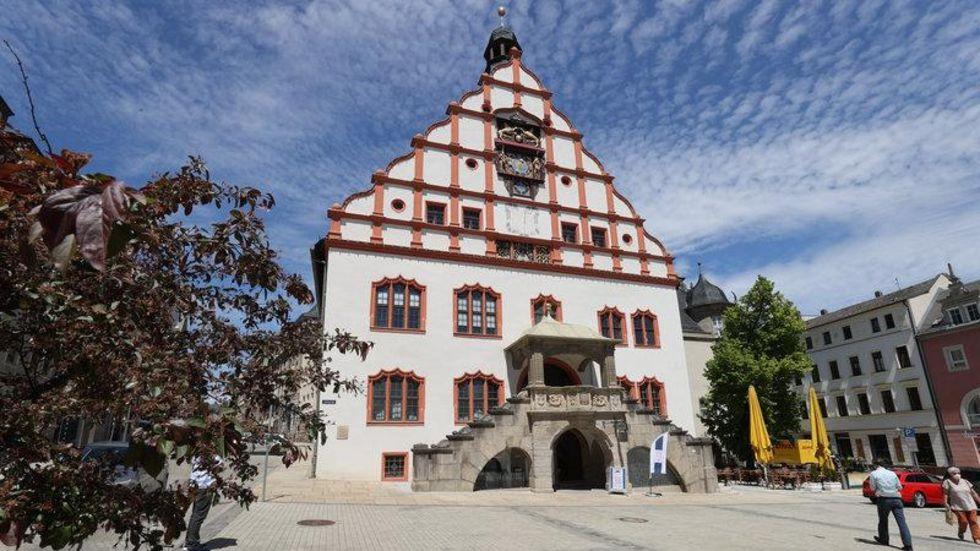 Um den Chefsessel im Plauener Rathaus bewerben sich sechs Männer und eine Frau.