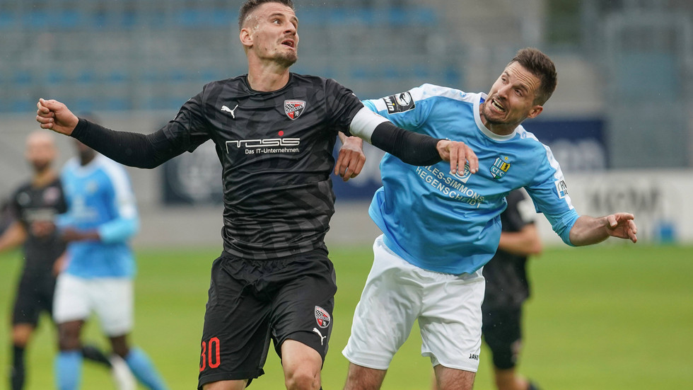 Zweikampf von CFC-Spieler Sandro Sirigu mit Ingolstadts Torschützen Stefan Kutschke